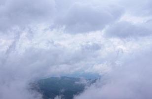 las nubes y la niebla son suaves y esponjosas esparcidas por todas partes foto