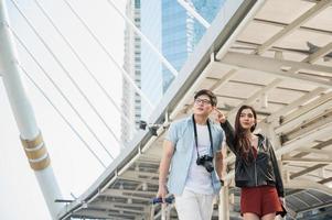 pareja asiática turista mirando y señalando con el dedo hacia adelante foto
