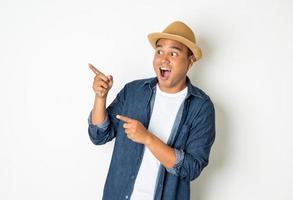 joven asiático con sombrero siente conmoción y sorpresa foto