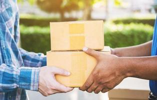 mano aceptando una entrega de cajas del repartidor. foto