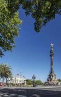 Famoso monumento a Colón en la zona de Port Vell del centro de Barcelona, España foto