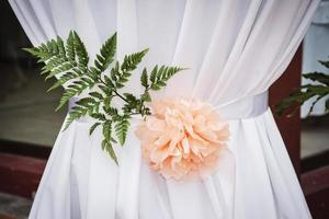 Detalle de decoración de arreglo floral simple en la ceremonia de boda moderna foto