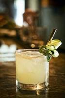 Pepino, limón, menta, vodka, cóctel, bebida, en, moderno, bar foto