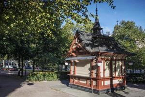 Vintage quiosco del siglo XIX en el centro de Helsinki, el parque esplanadi de Finlandia foto