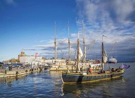 Viejos barcos de vela de madera en el puerto central de la ciudad de Helsinki, Finlandia. foto