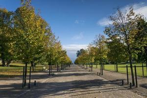 Parque urbano de la ciudad de Kaivopuisto en Helsinki, Finlandia en día soleado foto