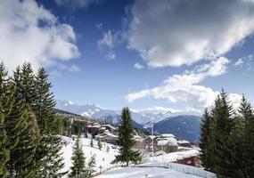 Les arcs estación de esquí de los Alpes franceses y montañas en Francia foto