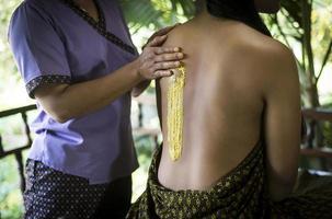 Detalle de tratamiento de spa de exfoliación de piel de cúrcuma tailandesa tradicional asiática foto
