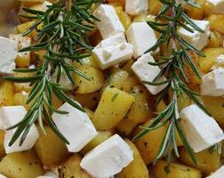 patatas asadas al romero y queso de oveja con hierbas y especias foto