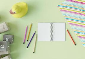 se colocan libros y crayones sobre la mesa. foto