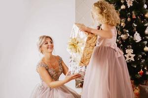 concepto de navidad. feliz madre e hija foto