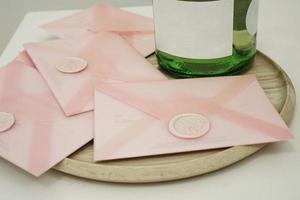 certificados de regalo en un sobre rosa. invitación de boda foto