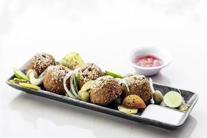 garbanzos falafel comida tradicional del medio oriente plato de aperitivos set de iniciación foto
