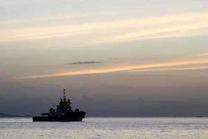 El fondo del cielo del atardecer con barcos silueta amarre en el mar foto