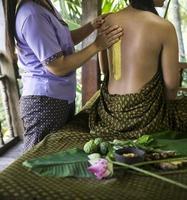 masaje asiático spa tratamiento de belleza orgánico natural con pasta exfoliante de cúrcuma foto