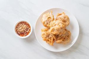 taro frito con salsa foto