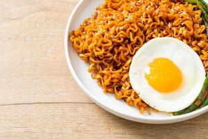 fideos instantáneos picantes coreanos secos con huevo frito foto