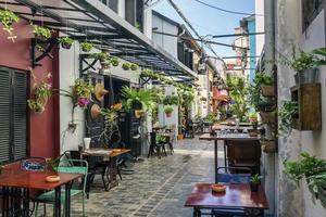 Callejón con restaurantes y bares turísticos en el casco antiguo de Siem Reap, Camboya foto