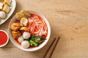 pequeños fideos de arroz planos con bolas de pescado y bolas de camarones en sopa rosa, yen ta cuatro o yen ta fo foto