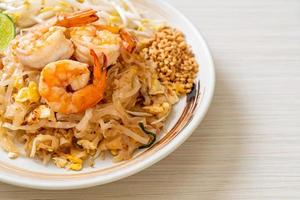 fideos salteados con camarones y brotes o pad thai foto