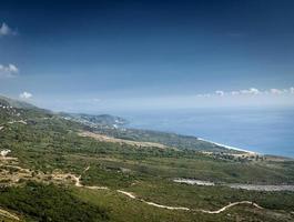 Costa del mar mediterráneo jónico paisaje de playa del sur de Albania al norte de Sarande en la carretera a Vlore foto