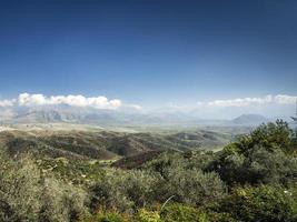 Sur de Albania paisaje escénico vista en día soleado cerca de Sarande foto
