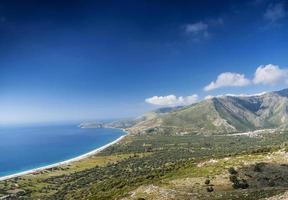 Playa y montañas vista de la costa del mar Jónico del sur de Albania, cerca de Saranda foto