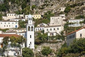 Dhermi tradicional aldea albanesa vista en el sur de Albania foto