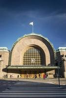 Hito de la estación de tren de la ciudad de Helsinki central y calle en Finlandia foto
