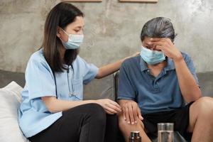 médico con mascarilla comprobando la salud del paciente en casa. foto