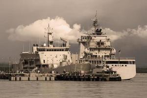 Amarre de buques de guerra en el muelle naval foto