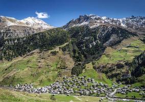 Vals village paisaje del valle alpino y casas en los Alpes centrales de Suiza foto