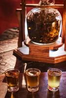 Alcohol infundido con cannabis, tragos de marihuana medicinal en whisky, ron y vodka. foto