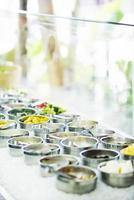 Buffet de ensaladas restaurante de verduras mixtas frescas mostrar detalle foto