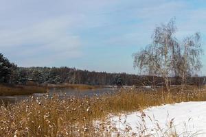 vista desde la orilla del río cubierto de hielo fino foto