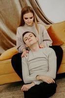 pareja relajante juntos en el sofá foto