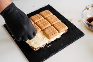 Pastel de tiramisú casero postre italiano tradicional foto