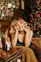 retrato, de, hermoso, niña joven, en, navidad, plano de fondo foto