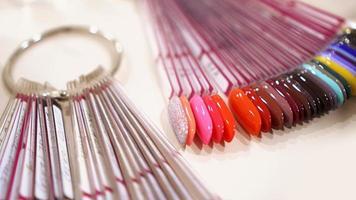 paleta de diseños de uñas de colores con esmalte de gel sobre puntas blancas foto