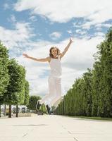 Bastante joven saltando en el parque foto