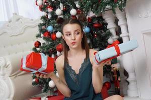 niña sosteniendo dos cajas de regalo, qué regalo elegir foto