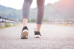 mujer caminando en la carretera foto