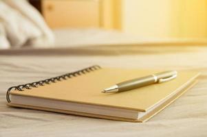 bolígrafo y cuaderno en el escritorio foto