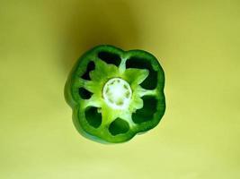 pimiento verde sobre un fondo verde foto