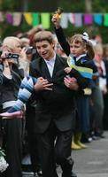 ucrania, kiev 2008- el alumno de último año lleva un alumno de primer grado que toca el timbre para informar sobre el comienzo del nuevo año escolar foto