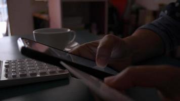 femme shopping en ligne avec carte de crédit sur smartphone à la maison video
