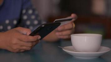 femme utilisant une application mobile pour le paiement en ligne par carte de crédit video