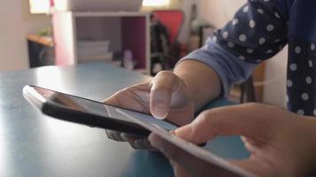 femme textos avec banque en ligne sur smartphone via carte de crédit video