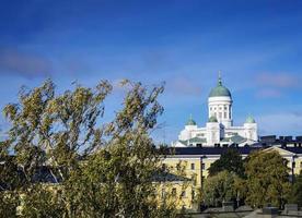 hito de la catedral y vista central de la ciudad de helsinki en finlandia foto