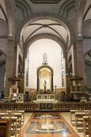 Altar en el interior de la catedral católica de Manila en Filipinas foto